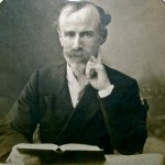 Arthur Blocher lit la Bible.jpg